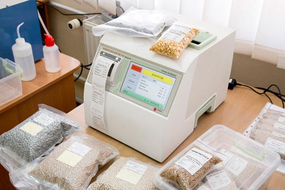 В ходе практической части, посетители смогли оценить простоту и скорость экспресс анализатора цельного зерна Infracont MinInfra SmarT, а так же качество исполнения контрольных образцов зерна для лабораторий от УКРАГРОТЕСТ!